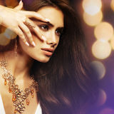 Bella giovane donna con capelli e gioielli lunghi Fotografia Stock