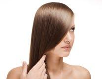 Bella giovane donna con capelli lucidi lunghi Fotografia Stock Libera da Diritti