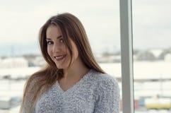 Bella giovane donna con capelli lunghi, bello fronte, occhi luminosi Immagine Stock Libera da Diritti