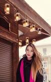 Bella giovane donna con capelli lunghi, bello fronte, occhi luminosi Fotografie Stock