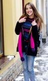 Bella giovane donna con capelli lunghi, bello fronte, occhi luminosi Fotografia Stock