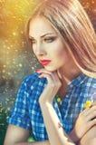 Bella giovane donna con capelli lunghi in una camicia a quadretti blu Fotografia Stock