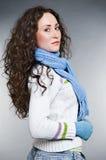 Bella giovane donna con capelli ricci lunghi fotografia stock libera da diritti
