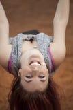 Giovane donna con bei capelli castani dorati su un'oscillazione Immagini Stock Libere da Diritti