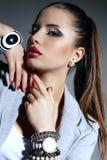 Bella giovane donna con capelli scuri con gli accessori Fotografia Stock