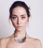 Bella giovane donna con capelli scuri e trucco naturale Immagini Stock