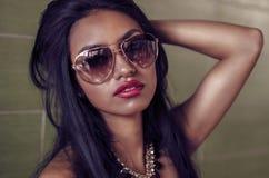 Bella giovane donna con capelli scuri lunghi fotografia stock