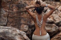 Bella giovane donna con gli accessori etnici Fotografia Stock