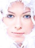 Bella giovane donna con gli occhi azzurri ed il boa Fotografie Stock Libere da Diritti