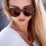 Bella giovane donna con gli occhiali da sole Fotografia Stock