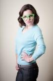 Bella giovane donna con gli occhiali verdi Immagini Stock
