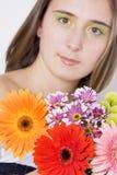 Bella giovane donna con i fiori immagine stock