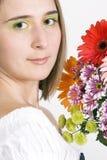 Bella giovane donna con i fiori fotografie stock