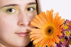 Bella giovane donna con i fiori fotografie stock libere da diritti