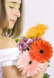Bella giovane donna con i fiori fotografia stock