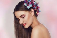 Bella giovane donna con i fiori delicati in loro capelli Ragazza di bellezza con l'acconciatura dei fiori Ritratto di modello con Immagine Stock