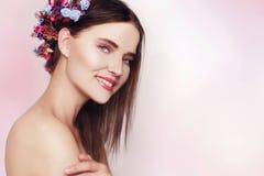Bella giovane donna con i fiori delicati in loro capelli Ragazza di bellezza con l'acconciatura dei fiori Ritratto di modello con Fotografie Stock Libere da Diritti
