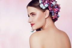 Bella giovane donna con i fiori delicati in loro capelli Ragazza di bellezza con l'acconciatura dei fiori Ritratto di modello con Immagini Stock Libere da Diritti