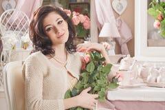 Bella giovane donna con i fiori. Retro disegnato immagini stock libere da diritti