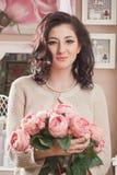 Bella giovane donna con i fiori. Retro disegnato immagini stock