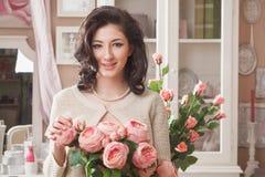 Bella giovane donna con i fiori. Retro disegnato immagine stock libera da diritti