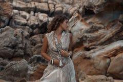 Bella giovane donna con i gioielli di boho Immagini Stock Libere da Diritti