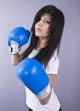 Bella giovane donna con i guanti di inscatolamento Immagini Stock