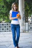 Bella giovane donna con i libri ed il fiore Immagini Stock Libere da Diritti