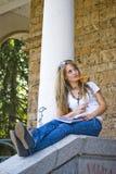 Bella giovane donna con i libri ed il fiore Immagine Stock Libera da Diritti