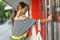 Bella giovane donna con i sacchetti della spesa Immagini Stock Libere da Diritti