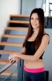 Bella giovane donna con i vestiti di forma fisica Fotografia Stock Libera da Diritti