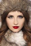Bella giovane donna con il cappello di pelliccia Fotografia Stock