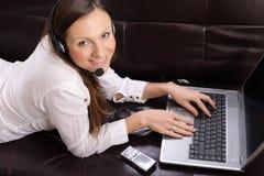 Bella giovane donna con il computer portatile, il telefono delle cellule e Immagini Stock