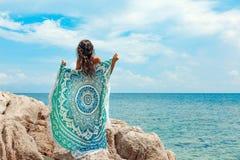 Bella giovane donna con il dancing posteriore nudo sulla spiaggia Immagine Stock