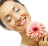 Bella giovane donna con il fiore del gerber immagine stock