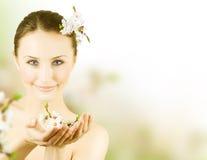 Bella giovane donna con il fiore della sorgente Immagini Stock Libere da Diritti
