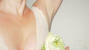 Bella giovane donna con il fiore di loto accanto all'ascella, primo piano Concetto di Epilation archivi video