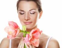 Bella giovane donna con il fiore rosa sopra fondo bianco fotografie stock libere da diritti