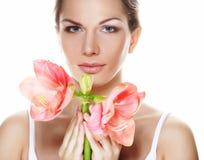 Bella giovane donna con il fiore rosa sopra fondo bianco fotografie stock