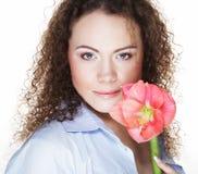 Bella giovane donna con il fiore rosa sopra fondo bianco fotografia stock libera da diritti