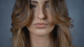 Bella giovane donna con il fronte perfetto isolato su fondo grigio archivi video