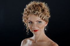 Bella giovane donna con il hairdo della treccia fotografie stock libere da diritti