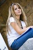 Bella giovane donna con il libro Fotografia Stock