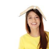 Bella giovane donna con il libro Immagine Stock