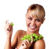 Bella giovane donna con il mazzo di uva. fotografia stock libera da diritti