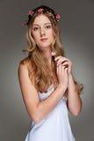 Bella giovane donna con il piccolo fiore fotografie stock