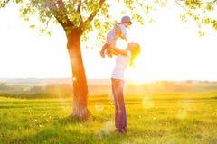 Bella giovane donna con il ragazzo sul prato della margherita Immagine Stock Libera da Diritti