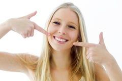 Bella giovane donna con il sorriso perfetto Isolato su bianco immagini stock
