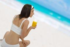 Bella giovane donna con il succo di arancia Immagine Stock Libera da Diritti