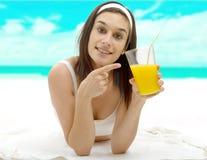 Bella giovane donna con il succo di arancia Fotografia Stock Libera da Diritti
